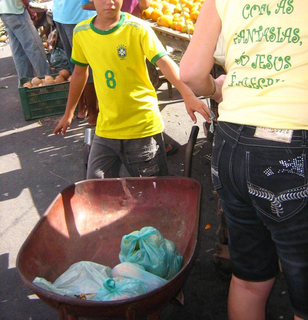Menino carrega carrinho de mão em feira livre no interior do Rio Grande do Norte. Foto: Marinalva Dantas