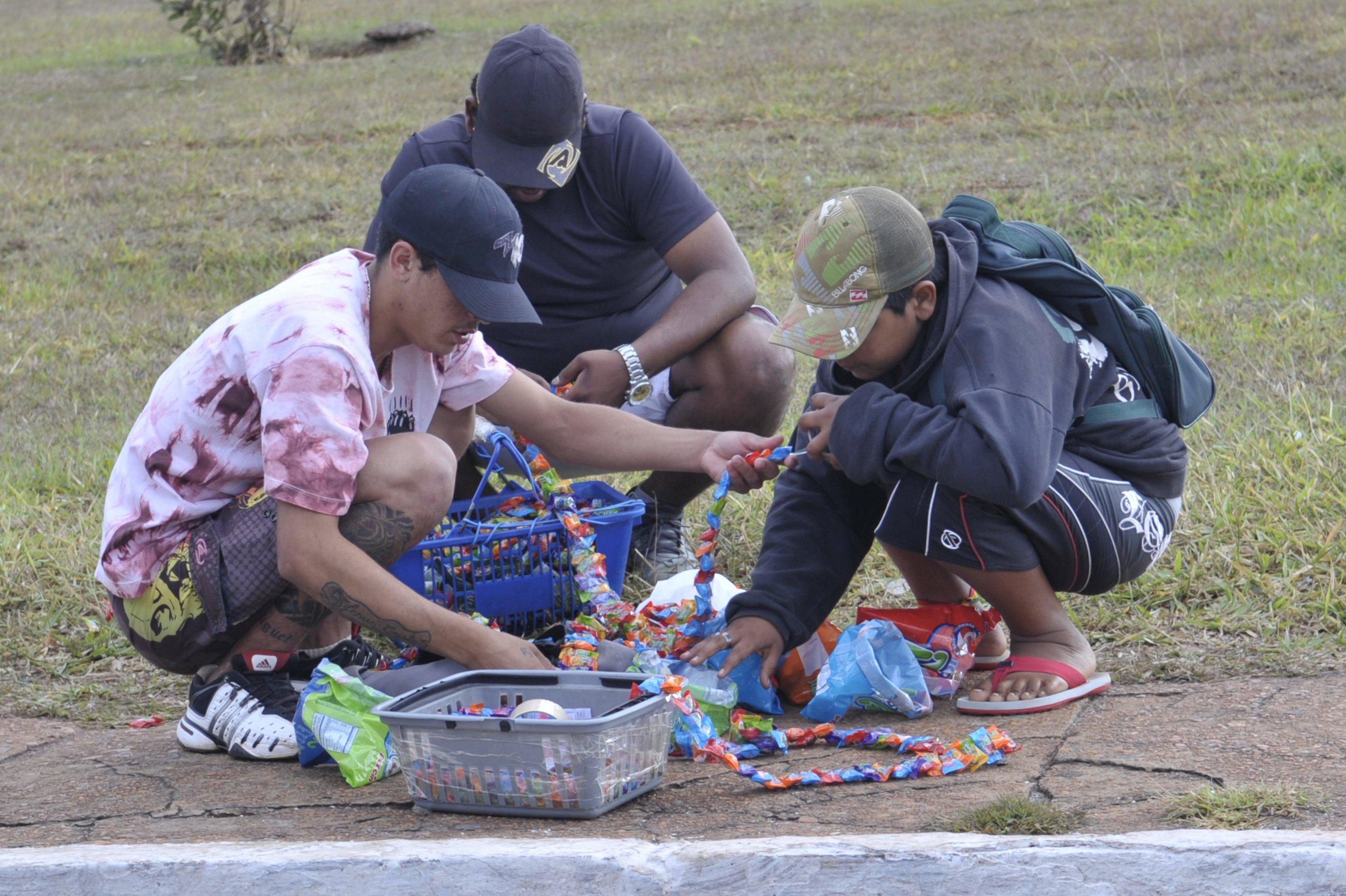 Nos grandes centros, como Brasília, é comum ver crianças trabalhando como vendedores de balas nos faróis (Foto: Renato Araújo/ABr)
